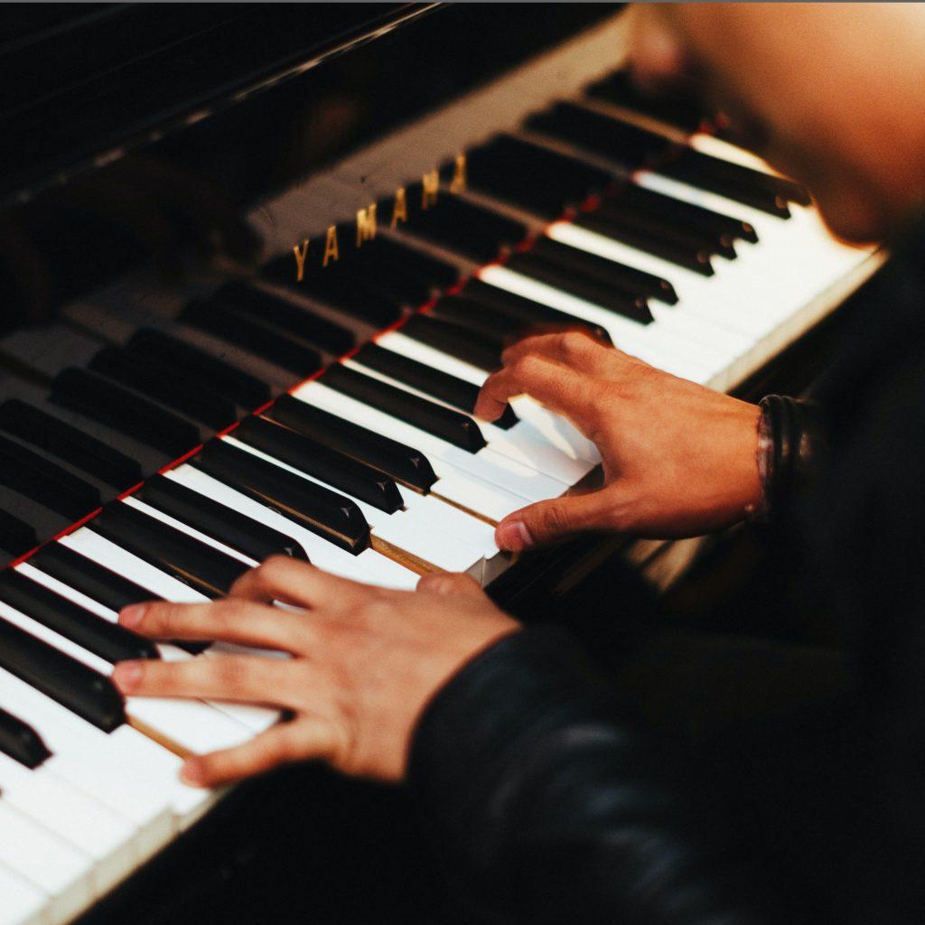 店内にピアノ! 自由に演奏してください♪