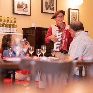 カフェ・ド・パリにはいつも楽しい音楽があります♪