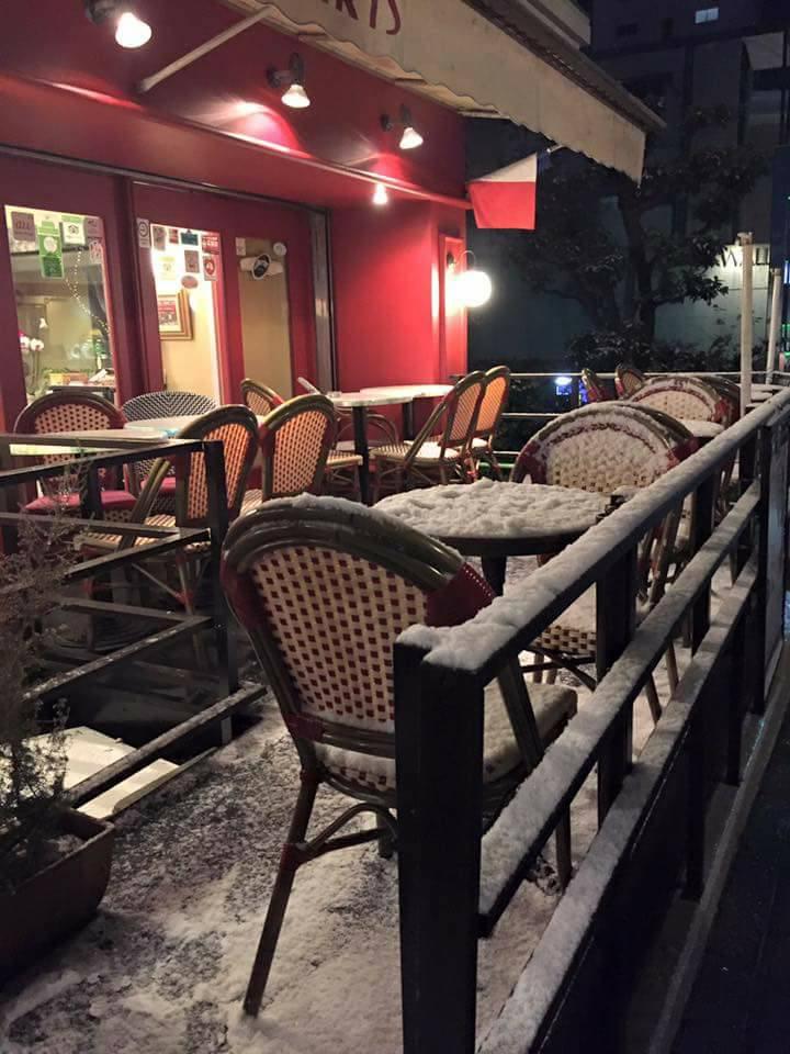 雪の幻想的な雰囲気に包まれたビストロ カフェ・ド・パリも素敵ですよ♪