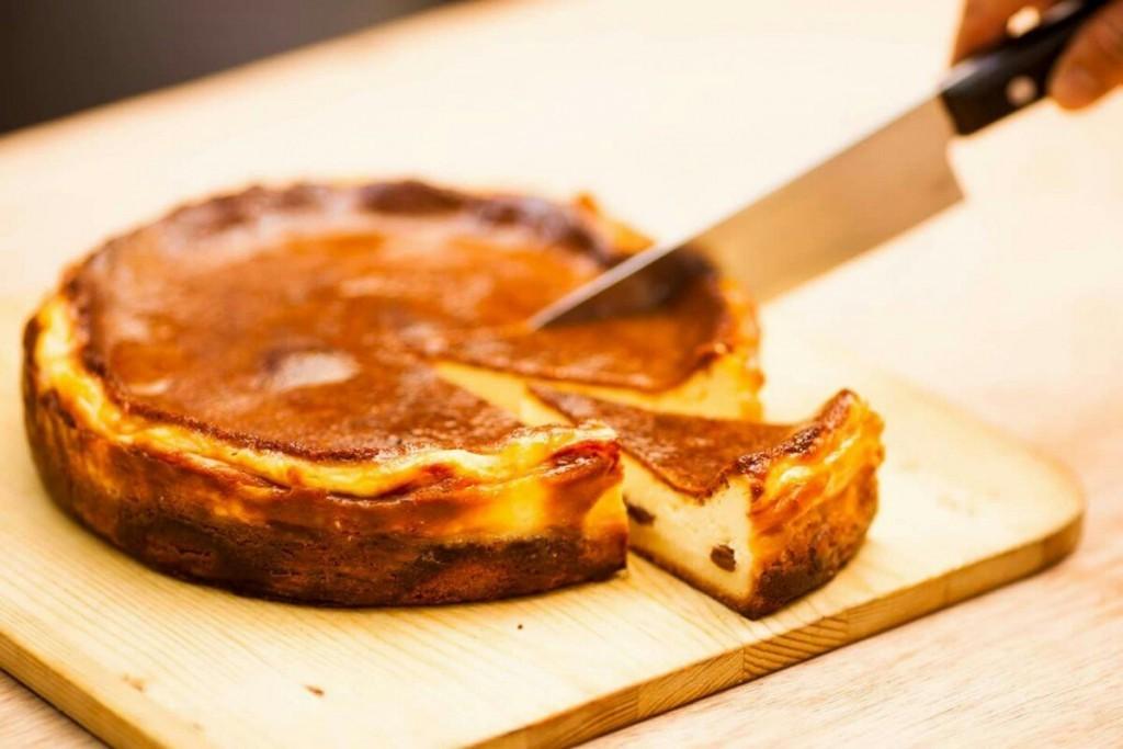 濃厚でコクがあるベイクドチーズケーキ。フレッシュなチーズを使い、ラムレーズンをアクセントに入れています。
