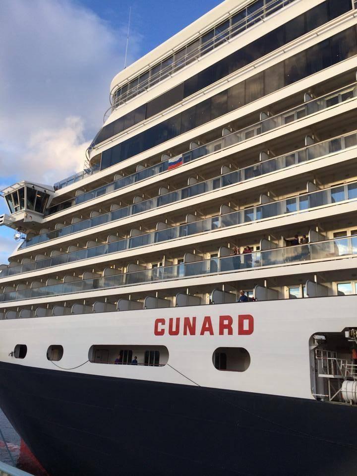 イギリスの豪華客船が神戸港に! 大歓声でお出迎え!