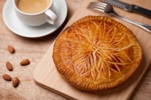 フランスでは新年を迎えると家族や友人が集まり、ガレット・デ・ロワを食べて過ごします。